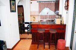 Кухня. Черногория, Баошичи : Два дома на первой линии у моря, с зеленым приватным двориком с садовой мебелью и качелями, барбекю. 4 спальни, 3 ванных комнаты, паркинг, Wi-Fi