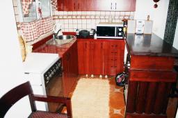 Кухня. Черногория, Баошичи : Комплекс из 2-х вилл с 4-мя отдельными спальнями, с 3-мя ванными комнатами, с зеленым двориком с садовой мебелью и качелей, с местом для барбекю, несколько парковочных мест, Wi-Fi