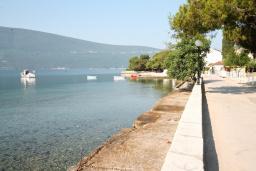 Ближайший пляж. Черногория, Баошичи : Комплекс из 2-х вилл с 4-мя отдельными спальнями, с 3-мя ванными комнатами, с зеленым двориком с садовой мебелью и качелей, с местом для барбекю, несколько парковочных мест, Wi-Fi