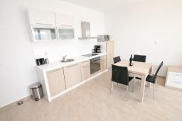 Кухня. Черногория, Герцег-Нови : Просторный современный апартамент с 1 спальней, с террасой и шикарным видом на море