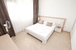 Спальня. Черногория, Герцег-Нови : Просторный современный апартамент с 1 спальней, с террасой и шикарным видом на море