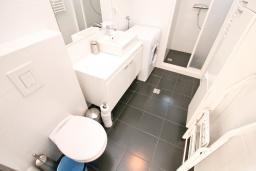Ванная комната. Черногория, Герцег-Нови : Просторный современный апартамент с 1 спальней, с террасой и шикарным видом на море