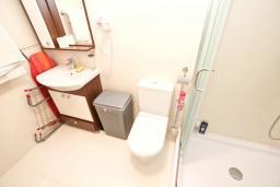 Ванная комната. Черногория, Добра Вода : Уютная студия для 2-4 человек, с террасой с шикарным видом на море