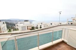 Вид на море. Черногория, Добра Вода : Уютная студия для 2-4 человек, с террасой с шикарным видом на море