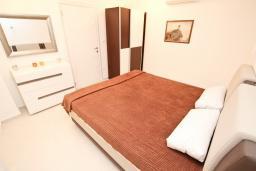 Спальня. Черногория, Булярица : Современный апартамент с отдельной спальней, с видом на море