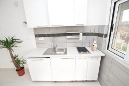 Кухня. Черногория, Булярица : Современный апартамент с отдельной спальней, с видом на море