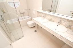 Ванная комната. Черногория, Булярица : Современный апартамент с отдельной спальней, с видом на море