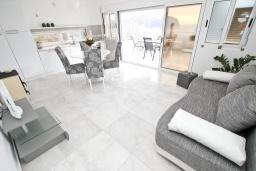 Гостиная. Черногория, Булярица : Современный апартамент с отдельной спальней, с большим балконом с видом на море