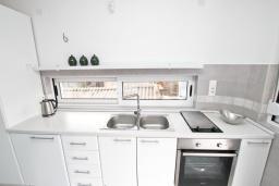 Кухня. Черногория, Булярица : Современный апартамент с отдельной спальней, с большим балконом с видом на море