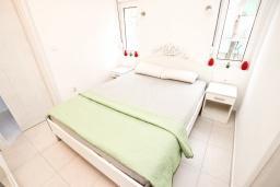 Спальня. Черногория, Булярица : Современный апартамент с отдельной спальней, с большим балконом с видом на море