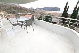 Вид на море. Черногория, Булярица : Современный апартамент с отдельной спальней, с большим балконом с видом на море