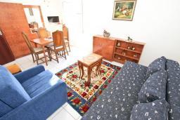 Гостиная. Черногория, Петровац : Апартамент с отдельной спальней, с отдельной кухней, с балконом