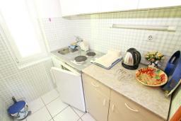 Кухня. Черногория, Петровац : Апартамент с отдельной спальней, с отдельной кухней, с балконом