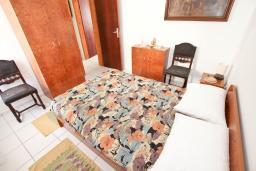 Спальня. Черногория, Петровац : Апартамент с отдельной спальней, с отдельной кухней, с балконом