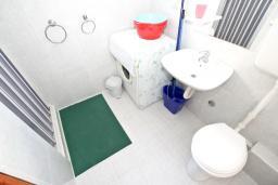 Ванная комната. Черногория, Петровац : Апартамент с отдельной спальней, с отдельной кухней, с балконом