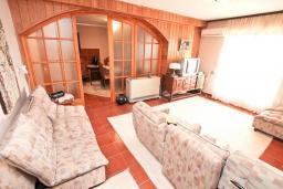 Гостиная. Черногория, Биела : Апартамент для 6-10 человек, с огромной гостиной, с 2-мя отдельными спальнями, с 2-мя ванными комнатами, с большой террасой и видом на море