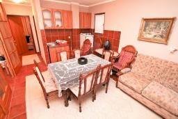 Кухня. Черногория, Биела : Апартамент для 6-10 человек, с огромной гостиной, с 2-мя отдельными спальнями, с 2-мя ванными комнатами, с большой террасой и видом на море