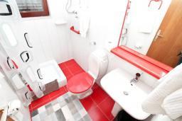 Ванная комната 2. Черногория, Биела : Апартамент для 6-10 человек, с огромной гостиной, с 2-мя отдельными спальнями, с 2-мя ванными комнатами, с большой террасой и видом на море