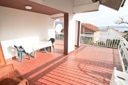 Терраса. Черногория, Биела : Апартамент для 6-10 человек, с огромной гостиной, с 2-мя отдельными спальнями, с 2-мя ванными комнатами, с большой террасой и видом на море