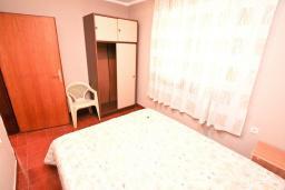 Спальня. Черногория, Биела : Апартамент для 2-4 человек, с отдельной спальней, с балконом и видом на море
