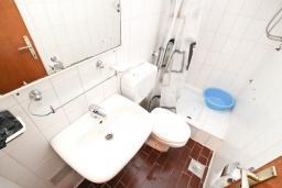 Ванная комната. Черногория, Биела : Апартамент для 2-4 человек, с отдельной спальней, с балконом и видом на море
