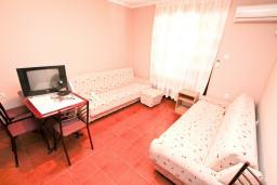 Гостиная. Черногория, Биела : Апартамент для 2-4 человек, с отдельной спальней, с балконом и видом на море
