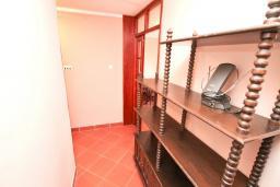 Коридор. Черногория, Биела : Апартамент с отдельной спальней, с балконом и видом на море