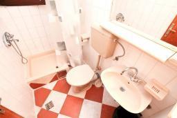 Ванная комната. Черногория, Биела : Апартамент с отдельной спальней, с балконом и видом на море