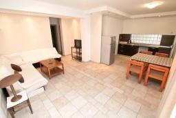 Гостиная. Черногория, Герцег-Нови : Апартамент для 4-6 человек, с 2-мя отдельными спальнями, с террасой, 20 метров до пляжа