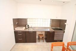 Кухня. Черногория, Герцег-Нови : Апартамент для 4-6 человек, с 2-мя отдельными спальнями, с террасой, 20 метров до пляжа