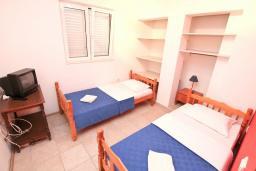 Спальня. Черногория, Герцег-Нови : Апартамент для 4-6 человек, с 2-мя отдельными спальнями, с террасой, 20 метров до пляжа