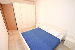 Спальня 2. Черногория, Герцег-Нови : Апартамент для 4-6 человек, с 2-мя отдельными спальнями, с террасой, 20 метров до пляжа