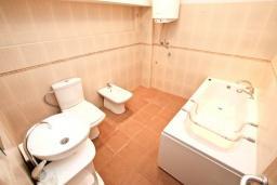 Ванная комната. Черногория, Герцег-Нови : Апартамент для 4-6 человек, с 2-мя отдельными спальнями, с террасой, 20 метров до пляжа