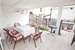 Терраса. Черногория, Герцег-Нови : Апартамент для 4-6 человек, с 2-мя отдельными спальнями, с террасой, 20 метров до пляжа