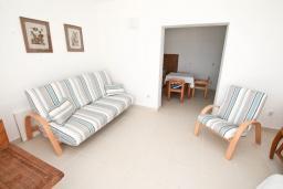 Гостиная. Черногория, Герцег-Нови : Апартамент с отдельной спальней, с большим балконом с видом на море, 20 метров до пляжа