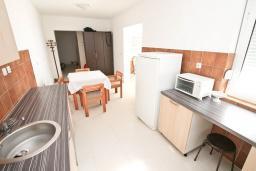 Кухня. Черногория, Герцег-Нови : Апартамент с отдельной спальней, с большим балконом с видом на море, 20 метров до пляжа