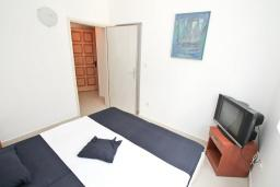 Спальня. Черногория, Герцег-Нови : Апартамент с отдельной спальней, с большим балконом с видом на море, 20 метров до пляжа