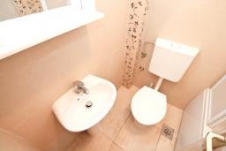 Ванная комната. Черногория, Герцег-Нови : Апартамент с отдельной спальней, с большим балконом с видом на море, 20 метров до пляжа