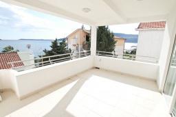 Балкон. Черногория, Герцег-Нови : Апартамент с отдельной спальней, с большим балконом с видом на море, 20 метров до пляжа