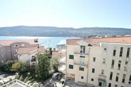 Вид на море. Черногория, Игало : Апартамент с отдельной спальней, с балконом с видом на море, 70 метров до пляжа
