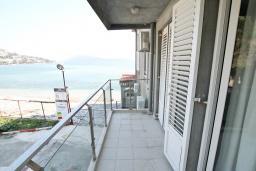 Балкон. Черногория, Игало : Студия с балконом с видом на море, возле пляжа