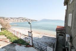 Вид на море. Черногория, Игало : Студия с балконом с видом на море, возле пляжа
