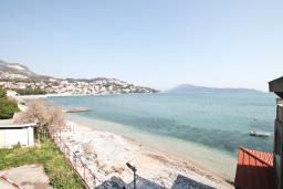 Вид на море. Черногория, Игало : Апартамент с отдельной спальней, с балконом с видом на море, возле пляжа