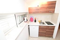 Кухня. Черногория, Игало : Апартамент с отдельной спальней, с балконом с видом на море, возле пляжа