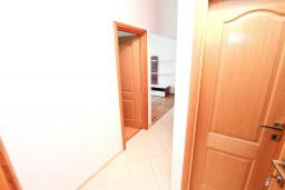 Коридор. Черногория, Игало : Апартамент с отдельной спальней, с балконом с видом на море, возле пляжа