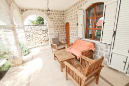 Терраса. Черногория, Риека Режевичи : 3-х этажный дом с 4 отдельными спальнями, бассейном, большим садом, террасой с видом на море, местом для барбекю, Wi-Fi