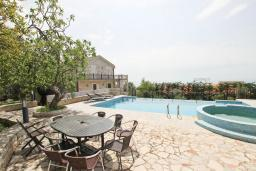 Бассейн. Черногория, Риека Режевичи : 3-х этажный дом с 4 отдельными спальнями, бассейном, большим садом, террасой с видом на море, местом для барбекю, Wi-Fi