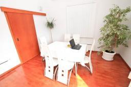 Гостиная. Черногория, Дженовичи : Современный апартамент с большой гостиной, с 3 отдельными спальнями, с 2 ванными комнатами, с тренажерной комнатой, с 2 балконами с видом на море, 70 метров до пляжа