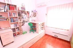 Спальня. Черногория, Дженовичи : Современный апартамент с большой гостиной, с 3 отдельными спальнями, с 2 ванными комнатами, с тренажерной комнатой, с 2 балконами с видом на море, 70 метров до пляжа