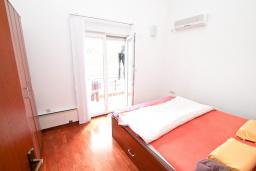 Спальня 2. Черногория, Дженовичи : Современный апартамент с большой гостиной, с 3 отдельными спальнями, с 2 ванными комнатами, с тренажерной комнатой, с 2 балконами с видом на море, 70 метров до пляжа
